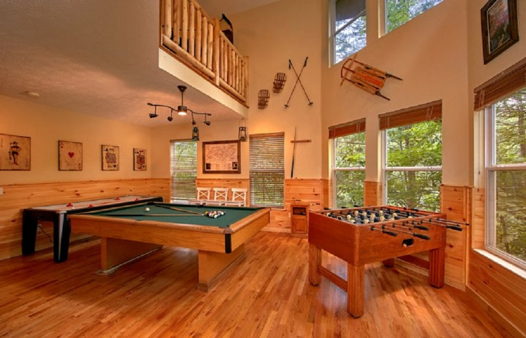 Four Br Gatlinburg Luxury Log Cabin With Game Room In